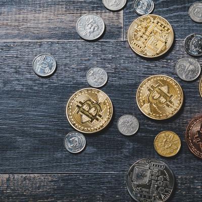 ビットコインとシンガポールのコインの写真