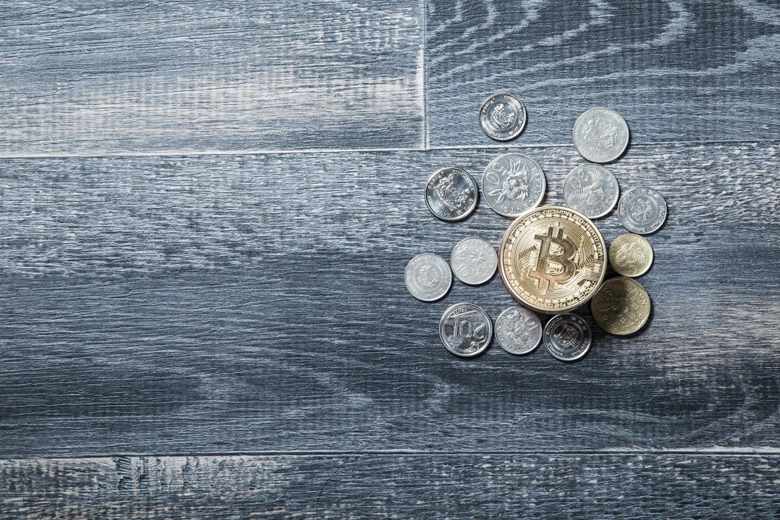 「仮想通貨とリアル通貨」の写真