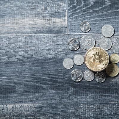 「仮想通貨とリアル通貨」の写真素材