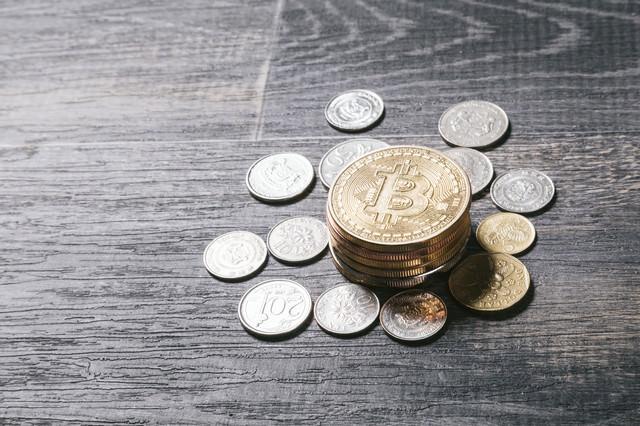 シンガポールの硬貨と仮想通貨(ビットコイン)の写真