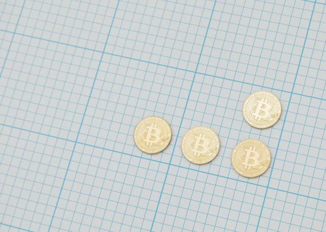 方眼紙とビットコインの写真