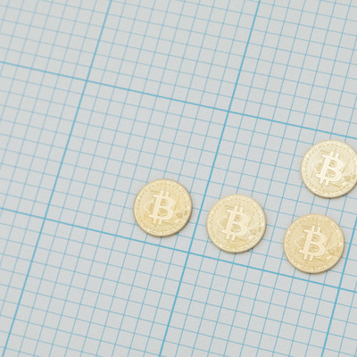 「方眼紙とビットコイン」の写真素材