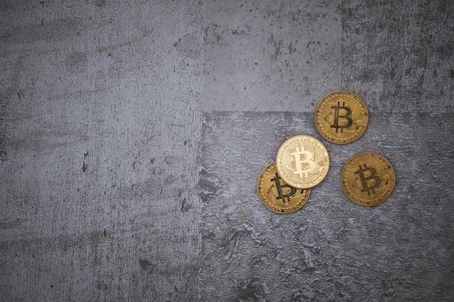 冷たいコンクリートと仮想通貨の写真