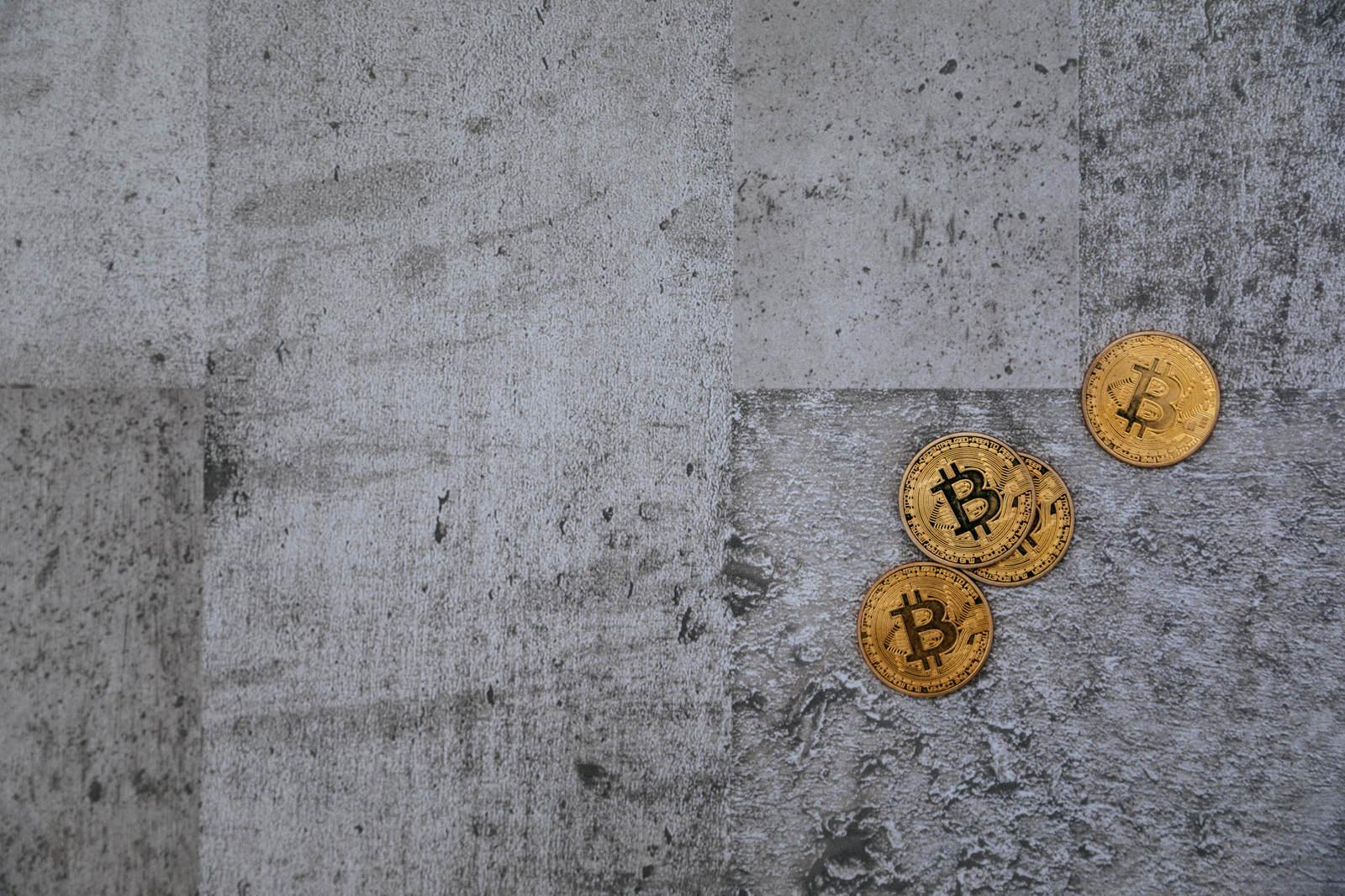 「投げ捨てられたビットコイン(Bitcoin)投げ捨てられたビットコイン(Bitcoin)」のフリー写真素材を拡大
