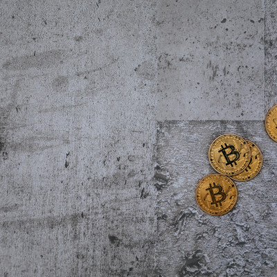 投げ捨てられたビットコイン(Bitcoin)の写真