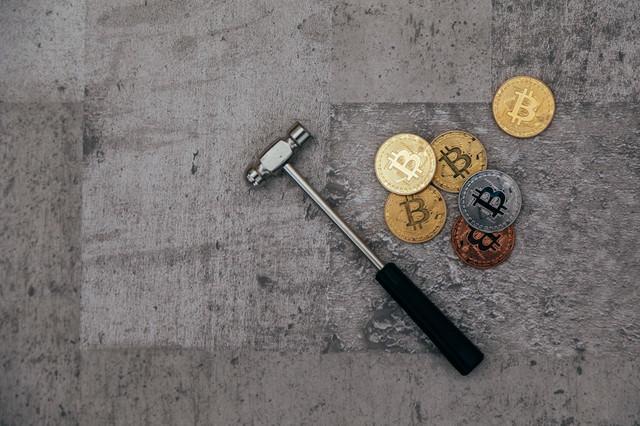 ビットコインとハンマーの写真