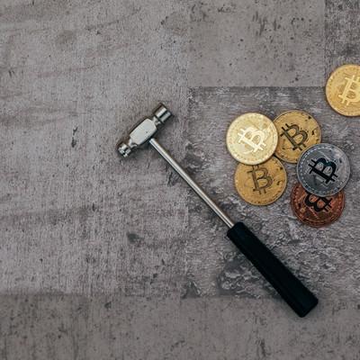 「ビットコインとハンマー」の写真素材