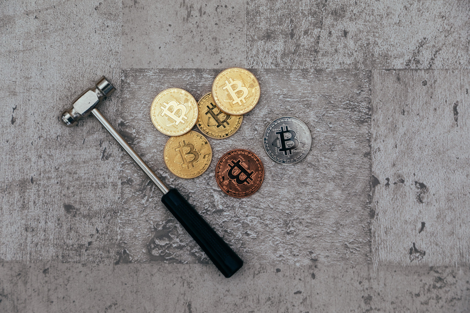 「金槌と仮想通貨(マイニング)」の写真