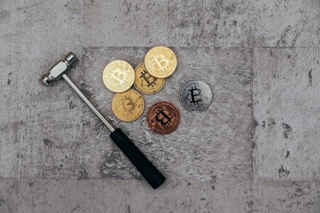 金槌と仮想通貨(マイニング)の写真