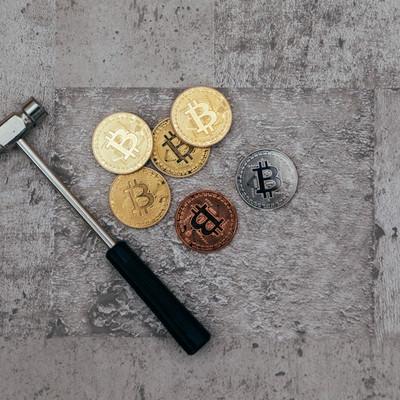 「金槌と仮想通貨(マイニング)」の写真素材