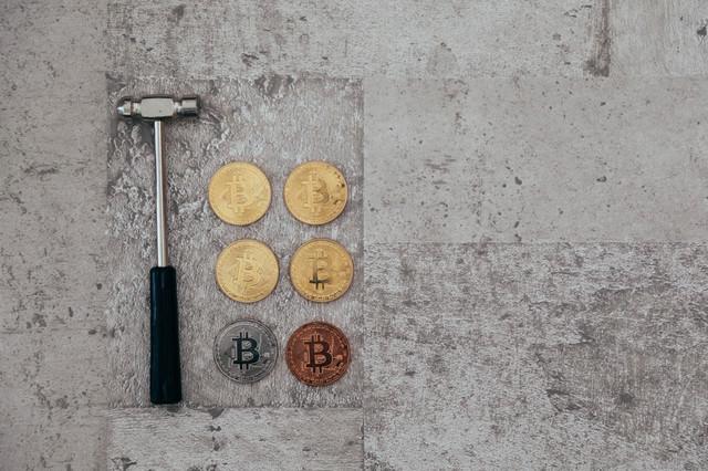 ハンマーと採掘したビットコインの写真