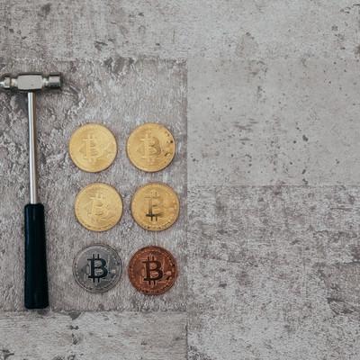 「ハンマーと採掘したビットコイン」の写真素材