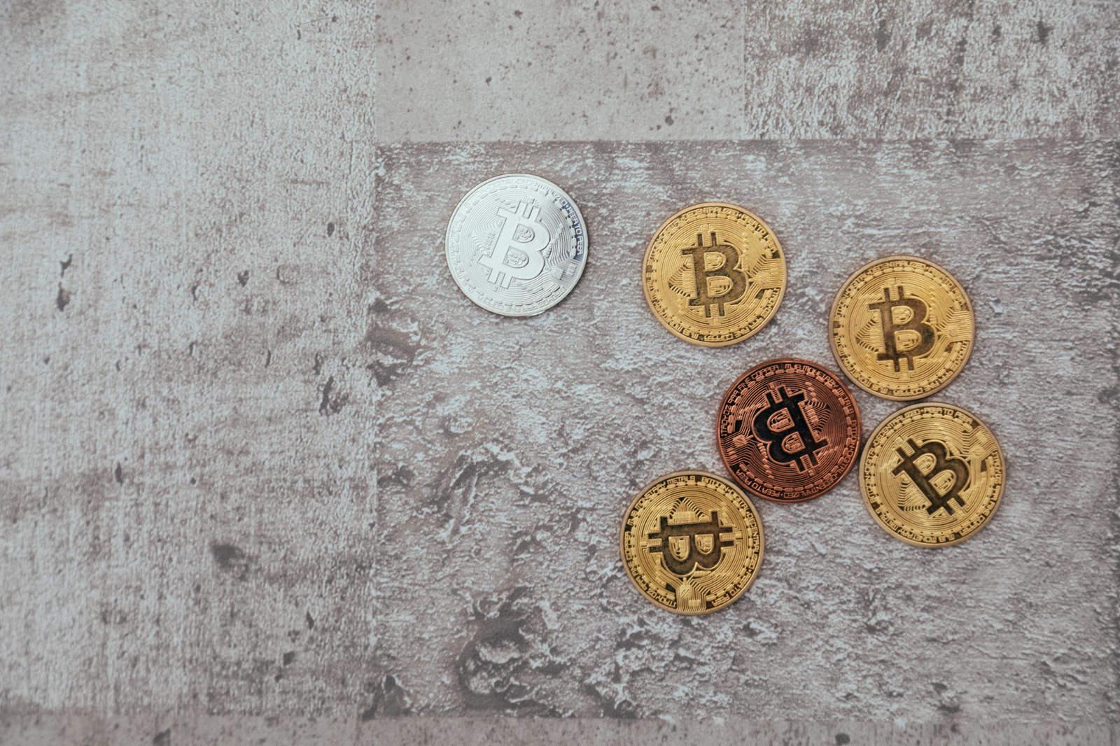 「色の違うビットコイン」の写真