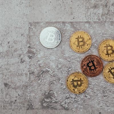 色の違うビットコインの写真