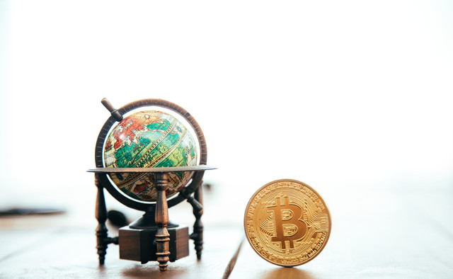 地球儀とビットコインの写真