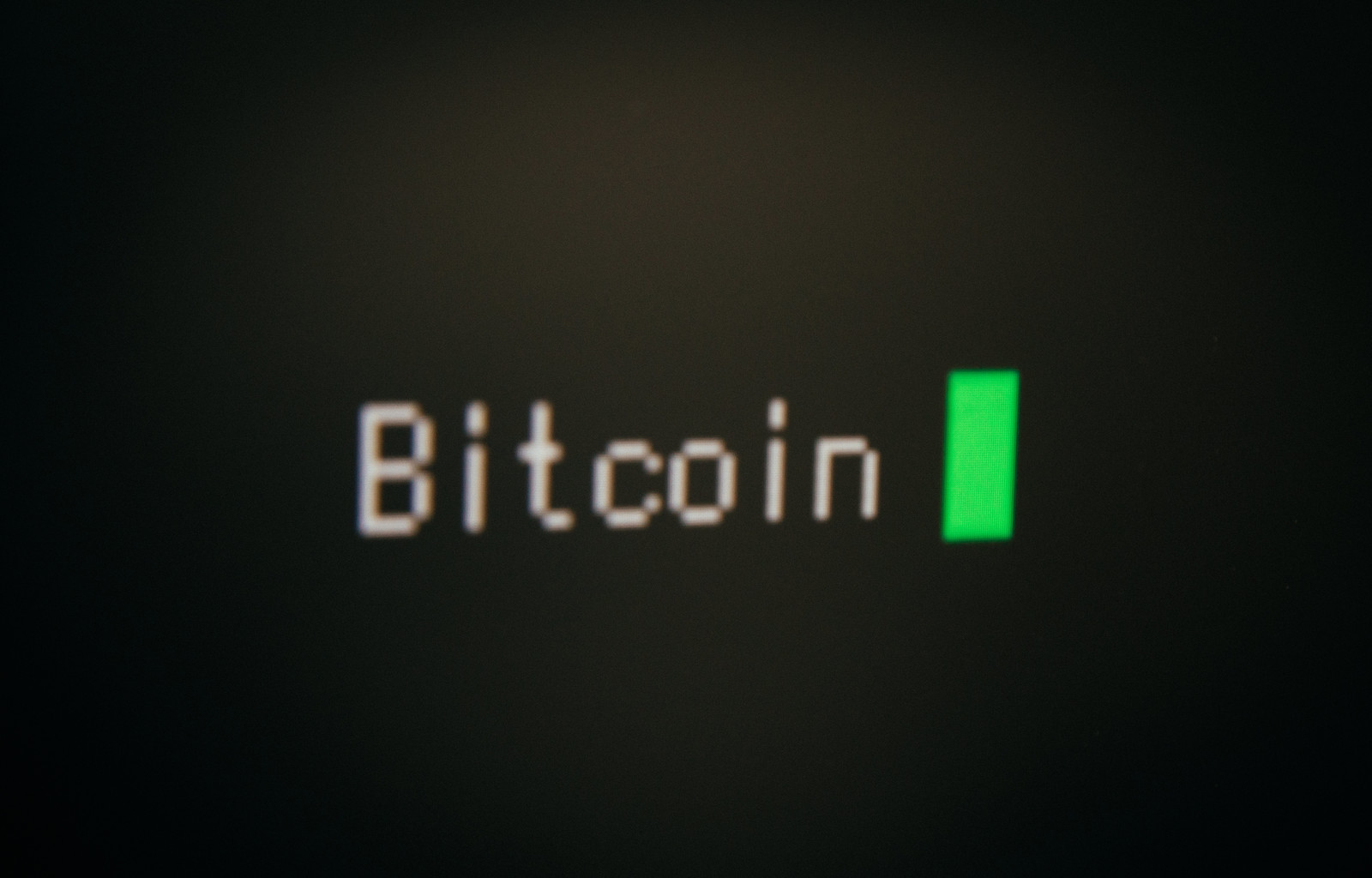 「モニターに表示された「Bitcoin」」の写真