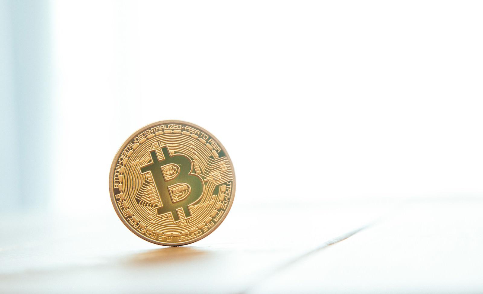 「ここに1枚のビットコインがあるここに1枚のビットコインがある」のフリー写真素材を拡大