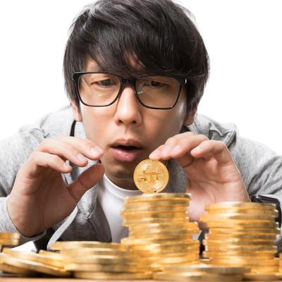 ビットコイン暴落で不安な表情の投資家の写真
