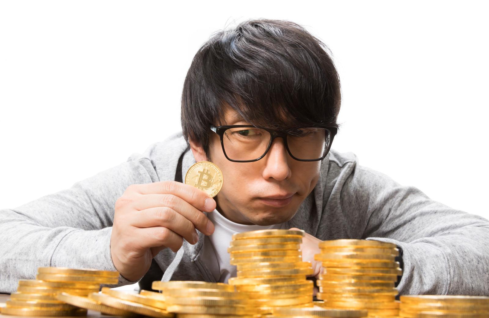 「ビットコインでハイレバに賭ける男性」の写真[モデル:大川竜弥]