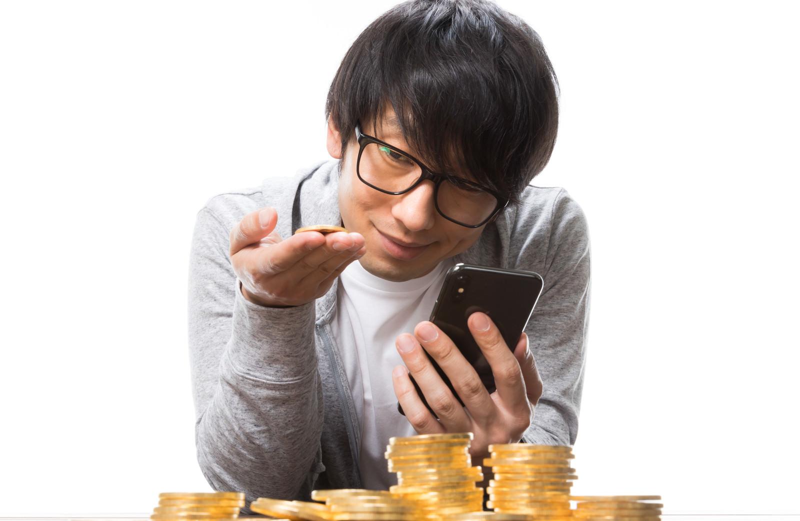 「ビットコインをトレードする男性」の写真[モデル:大川竜弥]