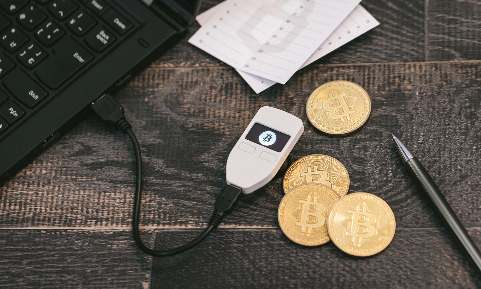 「暗号通貨を保管するハードウェアウォレット(TREZOR)」の写真