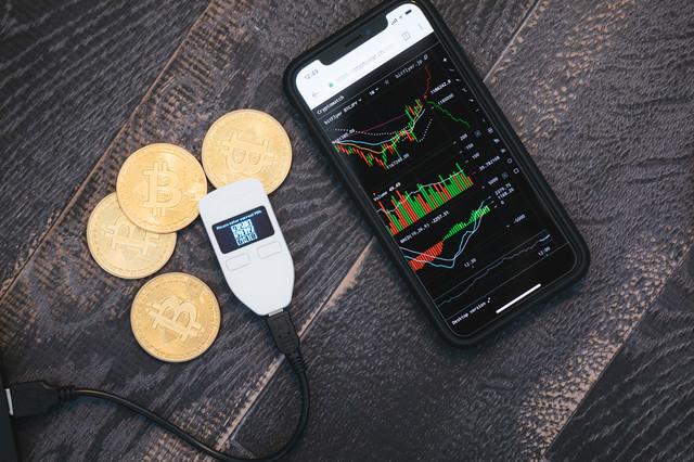 ビットコインのチャートとTREZORの写真