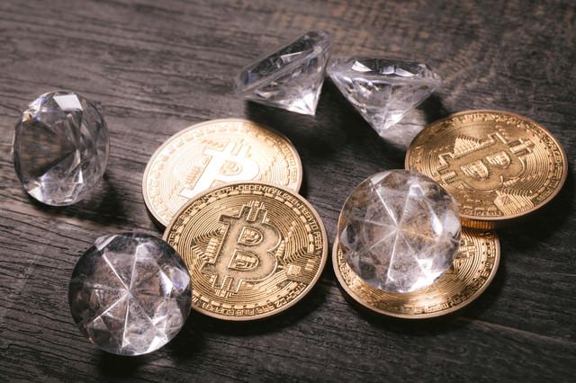 ビットコインとダイヤモンドの写真