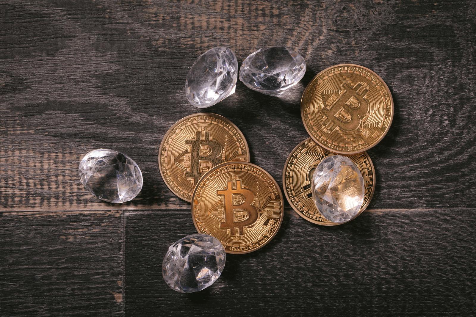 「採掘したダイヤとビットコイン」の写真