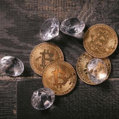 採掘したダイヤとビットコインの写真