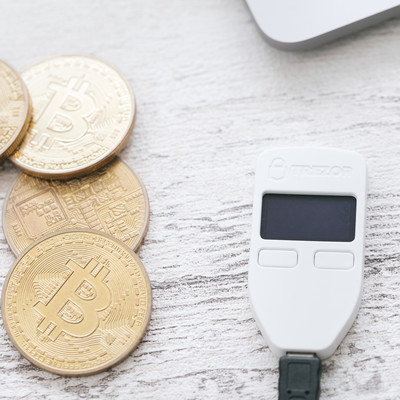 ビットコインを管理するハードウェアウォレットの写真
