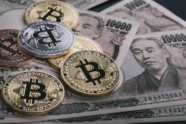 仮想通貨ビットコインと一般の通貨(紙幣)の違いの写真