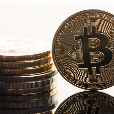 1ビットコインの価格が金(1オンス)を超えるの写真