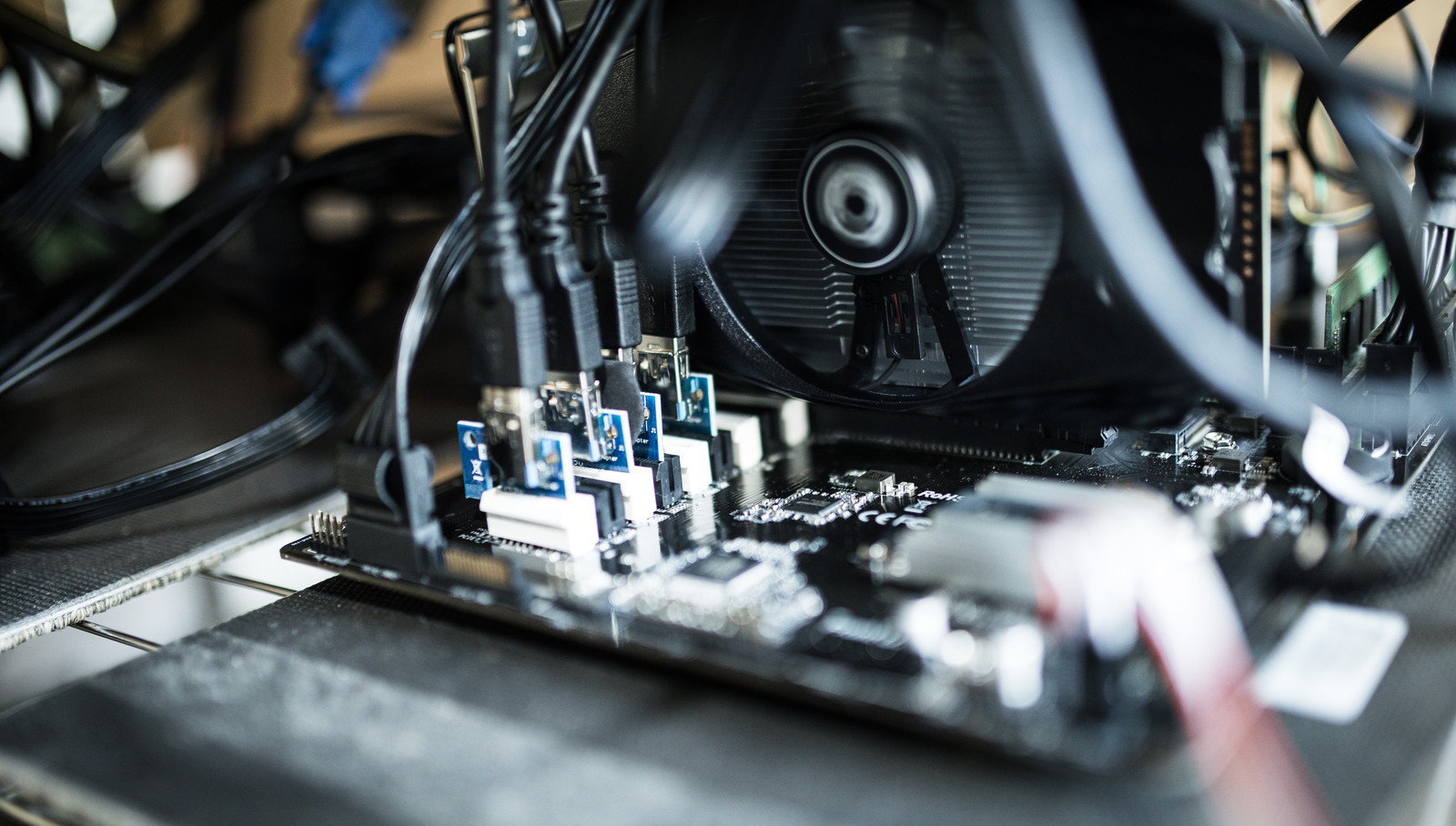 ライザーカードで複数枚GPUマイニングのフリー素材