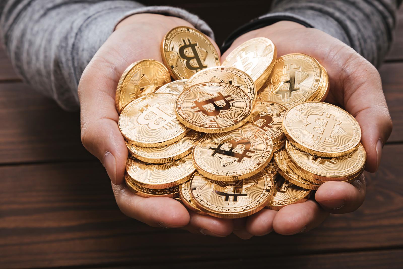 「両手いっぱいにHODLしたビットコイン」の写真