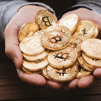 両手いっぱいにHODLしたビットコインの写真