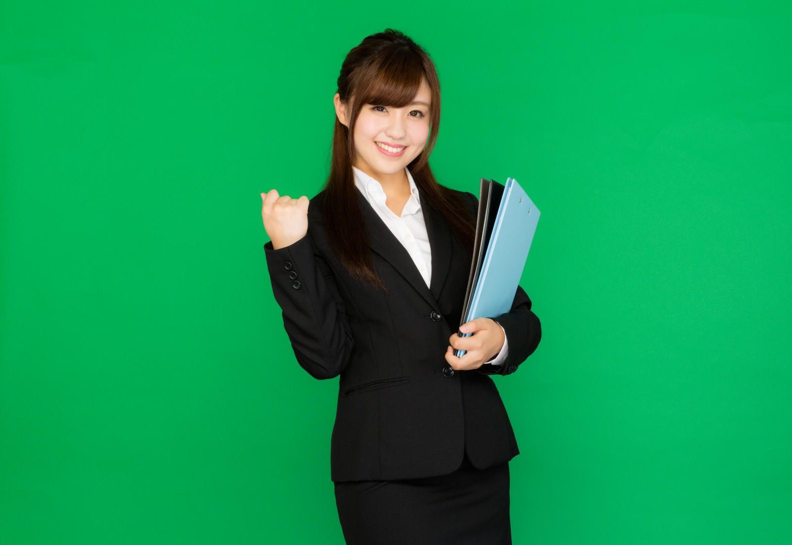 「書類を抱えた新卒女子(グリーンバック)書類を抱えた新卒女子(グリーンバック)」[モデル:河村友歌]のフリー写真素材を拡大