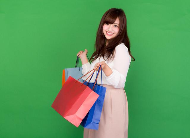 ブラックフライデーのセールで大量に買い物をする女性の写真