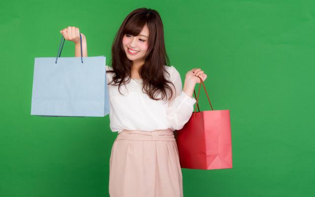 「安売りであれこれ買い物しちゃう女性」のフリー写真素材