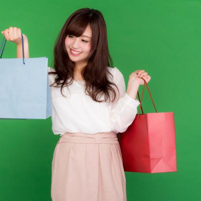 「安売りであれこれ買い物しちゃう女性」の写真素材