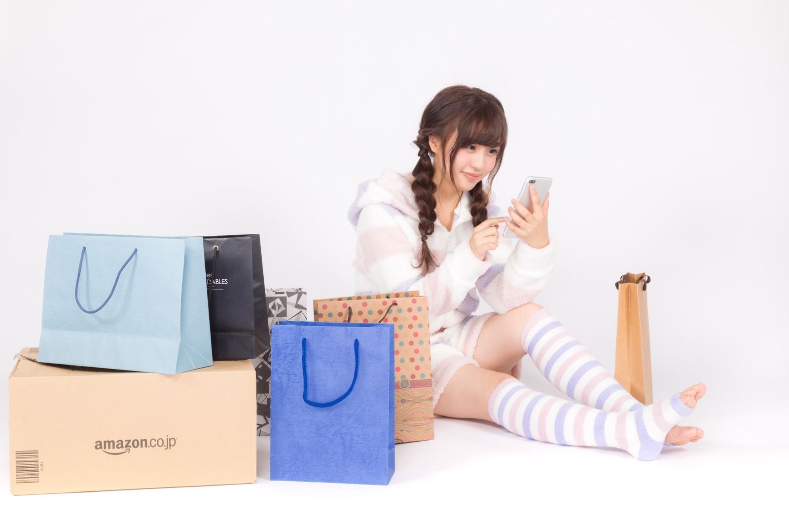 「暇さえあればスマホで買い物をするネット通販依存症の女性暇さえあればスマホで買い物をするネット通販依存症の女性」[モデル:河村友歌]のフリー写真素材を拡大