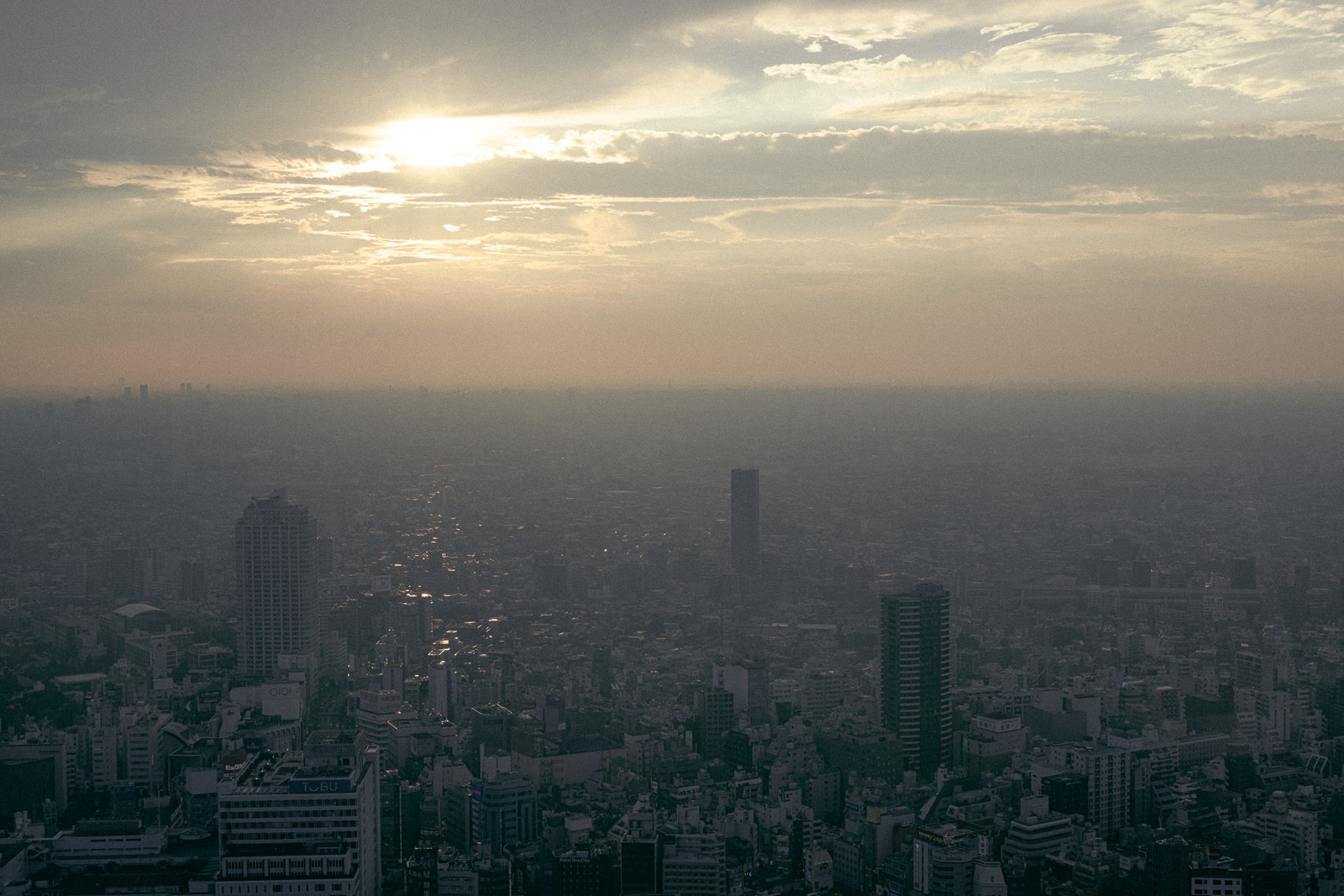 「夕暮れの都市部」の写真