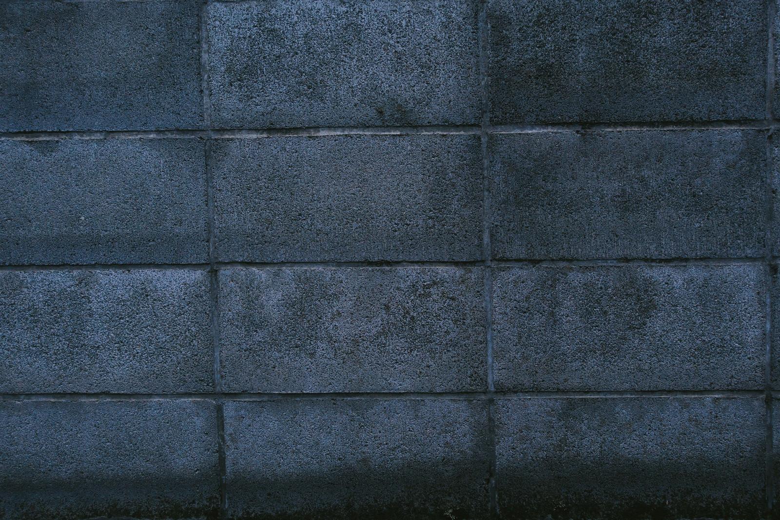 「古い建物のブロック塀」の写真