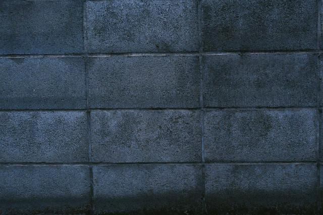 古い建物のブロック塀の写真