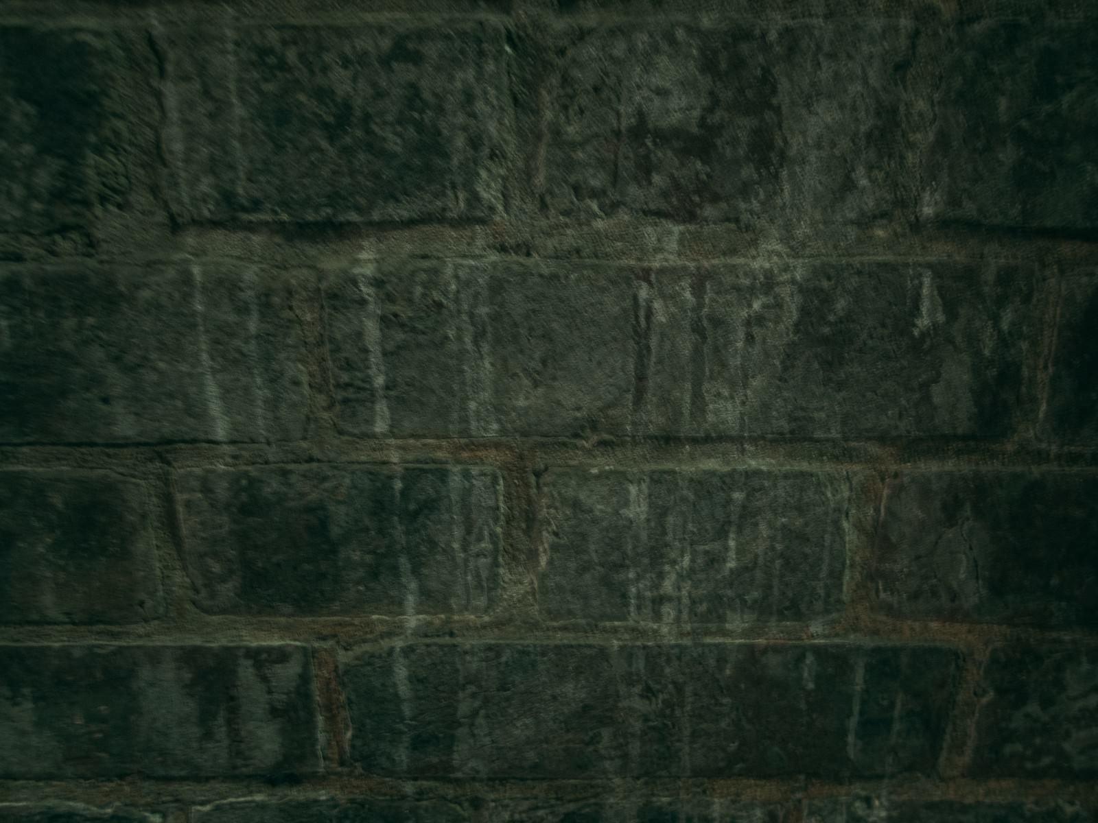 「シミが残る石レンガの壁」の写真