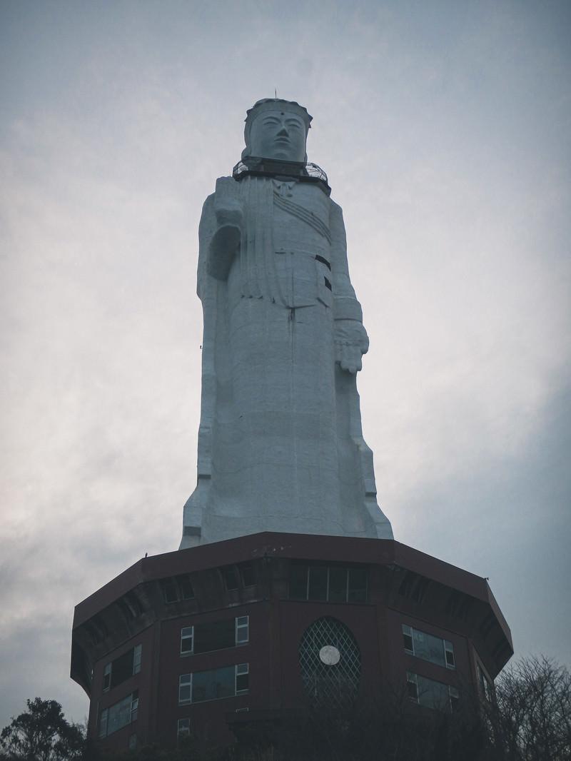 「全長100メートルある世界平和大観音像(淡路島)」の写真