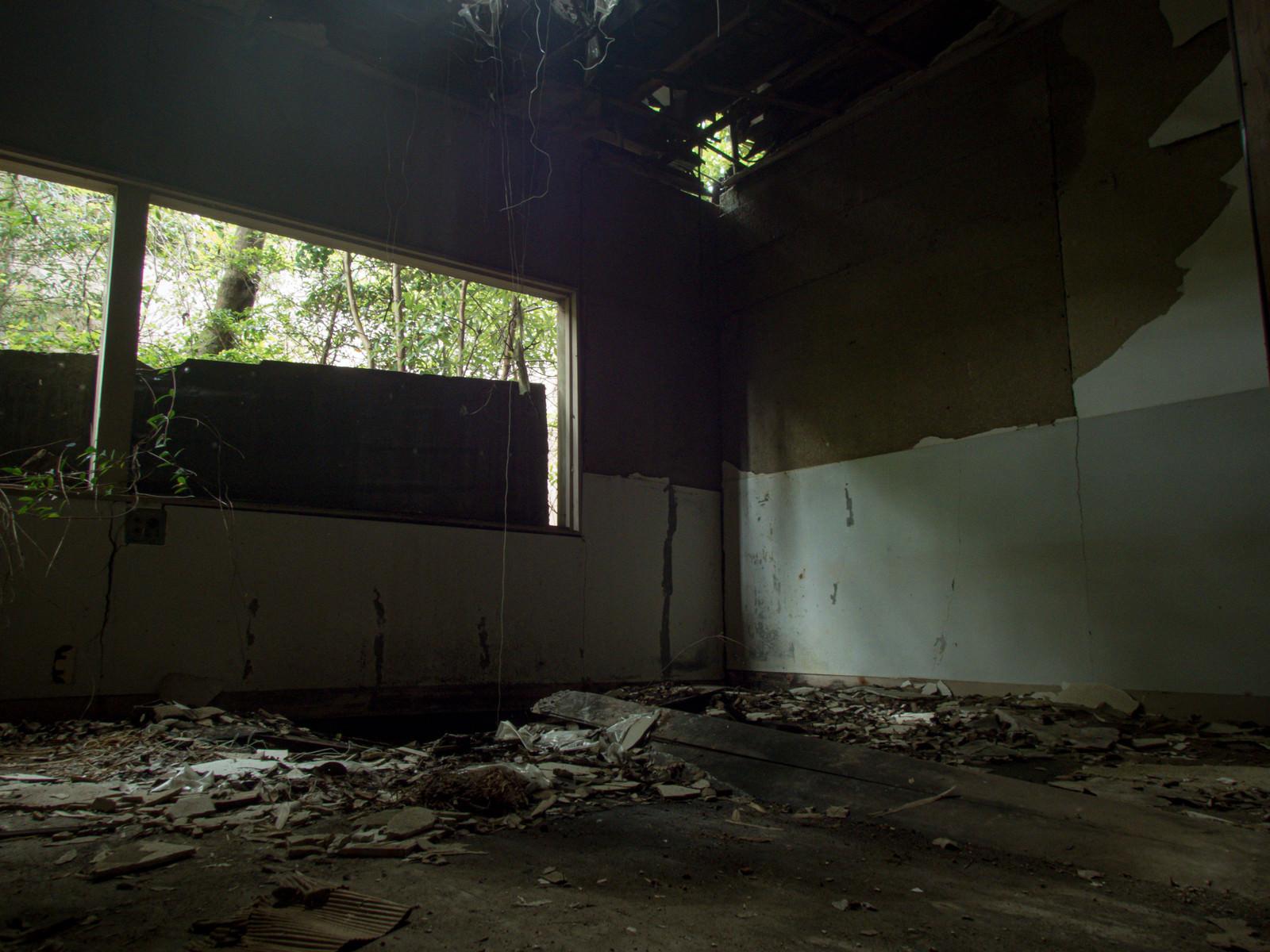 「いまにも天井が崩れ落ちそうな廃部屋」の写真