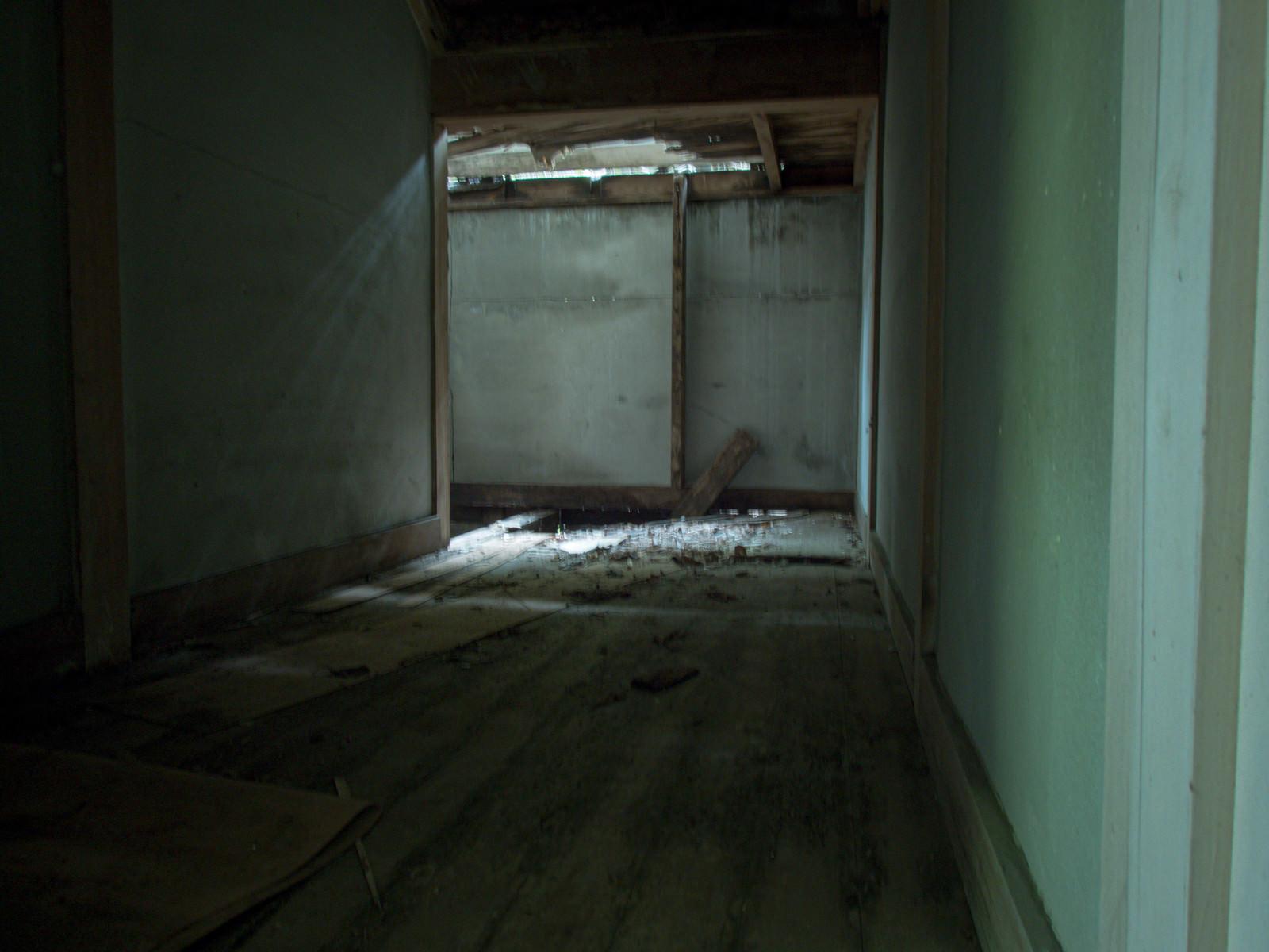 「突き抜けた天井から差し込む光」の写真