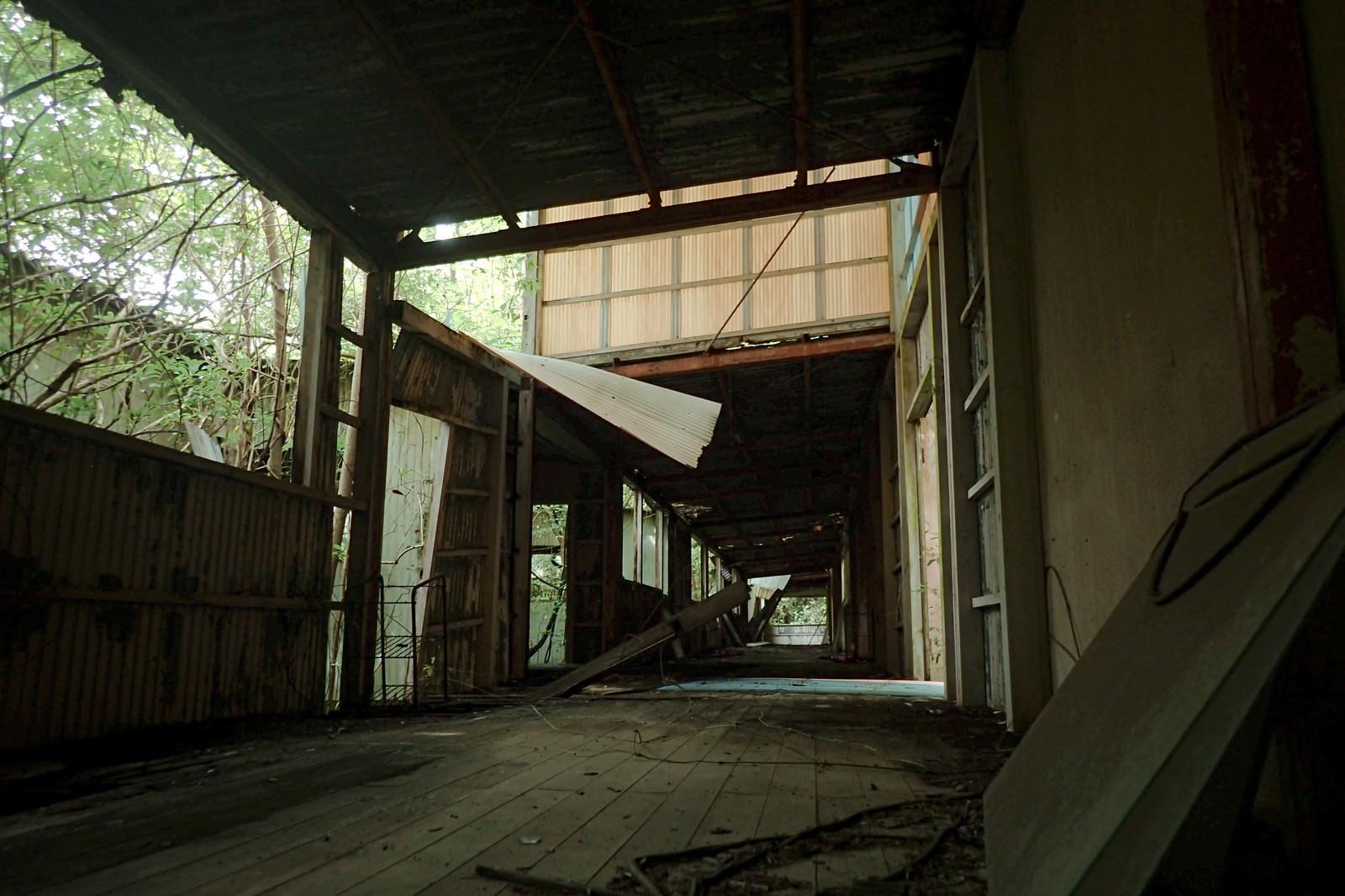 「ボロボロに倒壊した廃病院の通路」の写真
