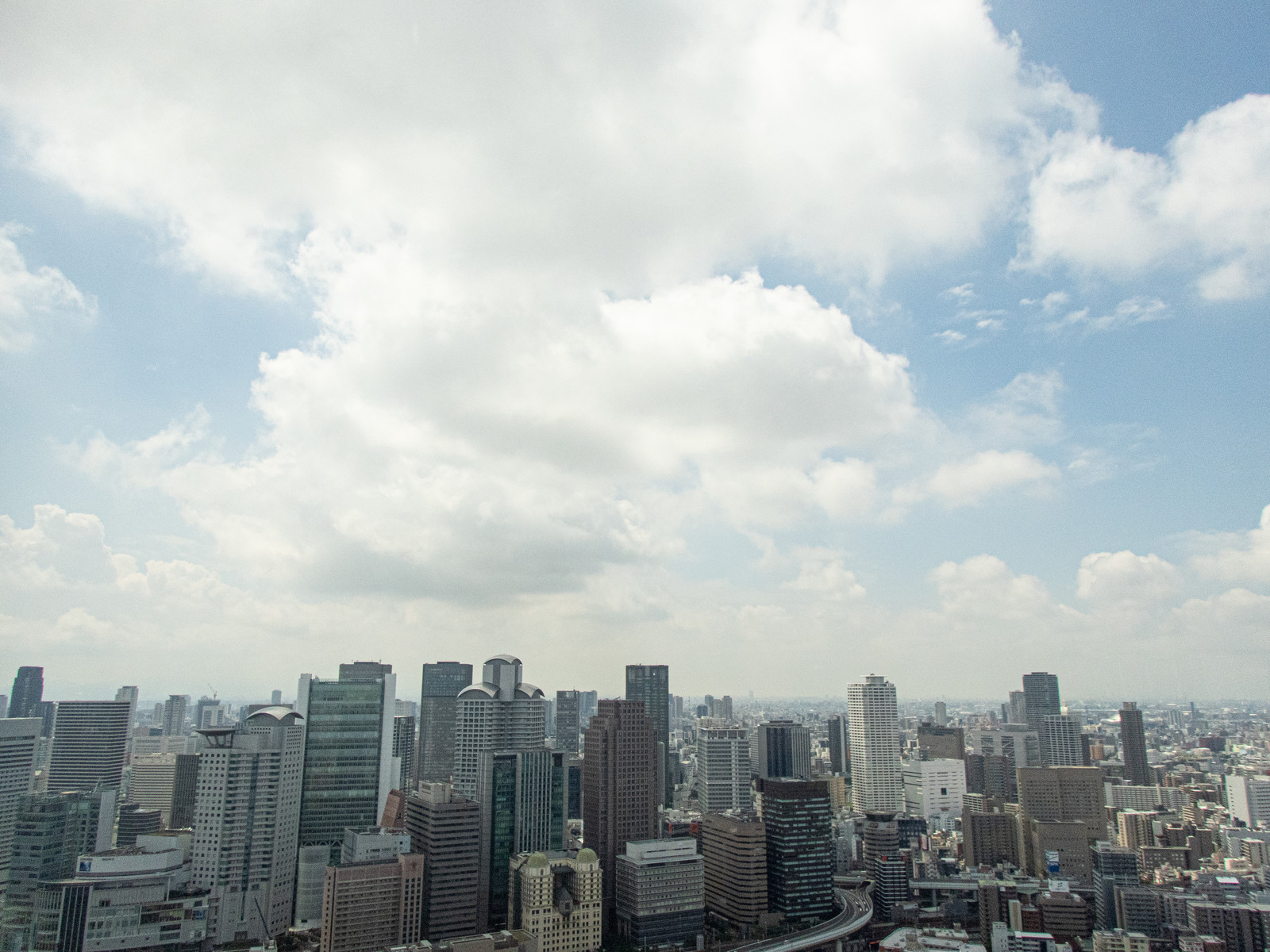 「大きな雲と梅田のビル群」の写真