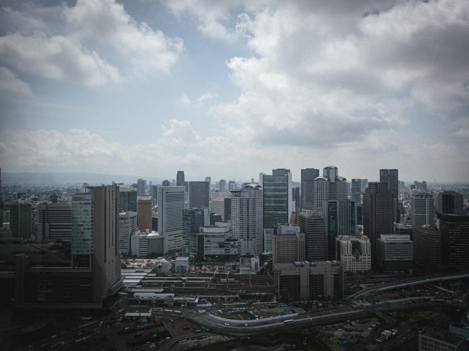 「開発が進む梅田のビル群と雲空」の写真